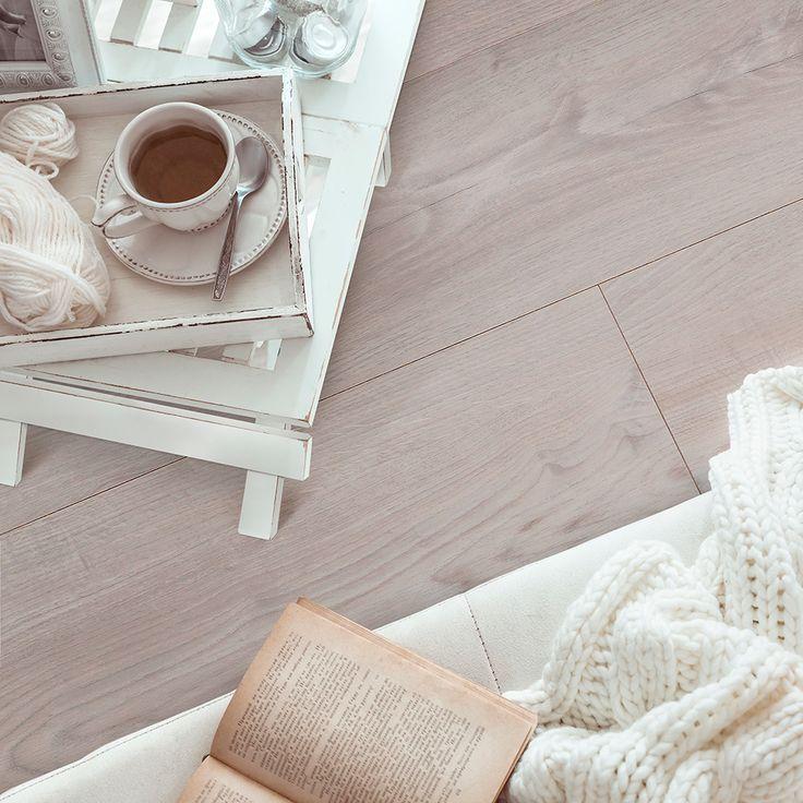 Det stilrene og elegante højttrykslaminatgulv BerryAllocs Grand Avenue Penny Lane er et lyst topmoderne gulv med en lækker lys tone, der matcher den skandinaviske boligindretning fantastisk.  Gulvet har smukke aftegninger i den troværdige træstruktur, så her får du et gulv, som har de smukke kvaliteter fra et ægte trægulv, men er virkeligt let at vedligeholde.
