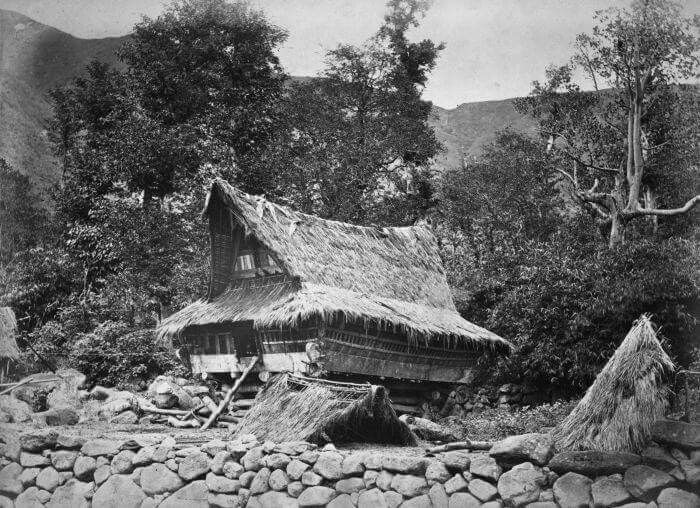 Rumah tradisional masyarakat di sekitar Danau Toba, 1870  Foto: K. Feilberg