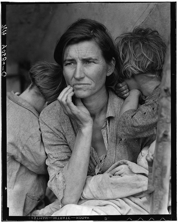 Dorothea Lange, Mère migrante (Migrant Mother), 1936. Florence Thompson est restée la « mère migrante »,  inconnue pendant plus de 40 ans. En 1978, un reporter la retrouva dans un village de caravanes. Le journal publia alors une de ses lettres dans laquelle elle se plaignait de promesses non tenues, comme de ne pas publier la photo, d'en envoyer un tirage…