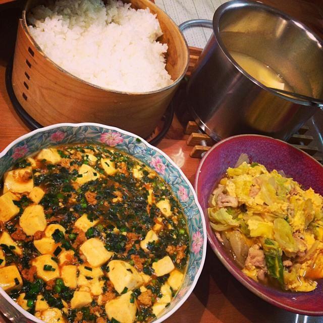 子供たちが好きなものばかり作ってしまいます - 86件のもぐもぐ - 晩御飯、ニラたっぷり麻婆豆腐と春キャベツと新玉ねぎの卵とじ、豆腐とすりおろし生姜のお味噌汁、釜炊きご飯 by kokohimayuto