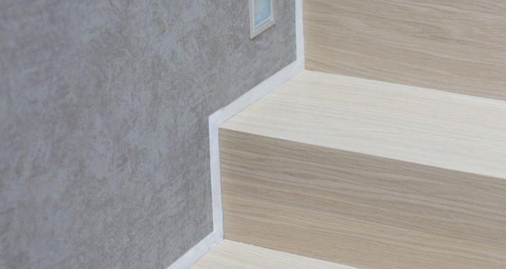 Schody drewniane wybarwione pod kolor podłogi.