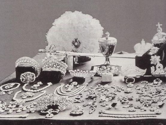 On the far left the Russian Beauty pearl tiara, on display with many of the treasures of the Rusian Tsars after the Russian Revolution. More of this fabulous piece, and the copy of it made later when I get to the Russian pearl tiaras