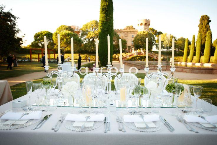 Os traemos la #boda blanca de Joe & Joyce donde los colores puros, inocentes, suaves y bellos se acoplaron a los rincones de un Castell de Sant Marçal que ese día brillaba con una luz propia admirable.