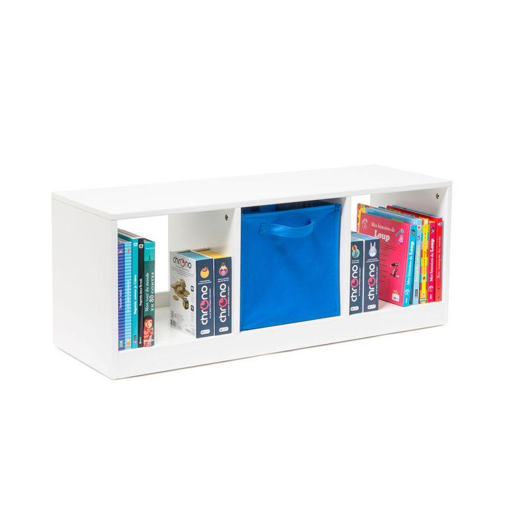 Ce meuble bas 3 casiers est à la fois un banc sur roulettes et un rangement. L'enfant peut directement ranger ses affaires dans les casiers sous l'assise ou ajouter des cubes magiques qui serviront alors de tiroir.