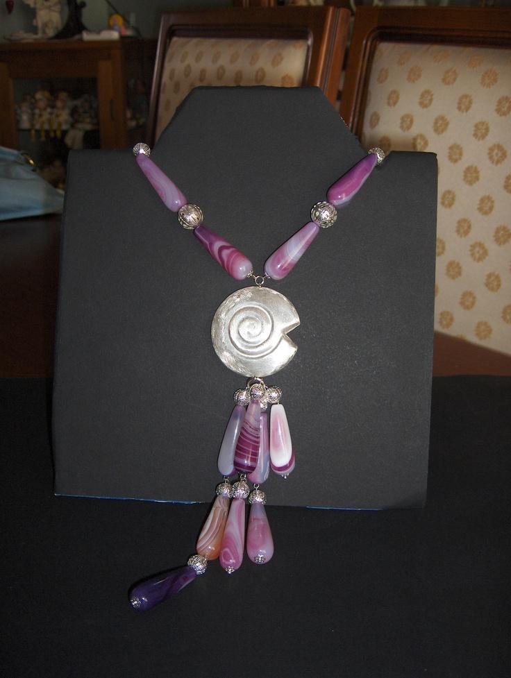 Collana con gocce di agata porpora striata ed elementi in argentone