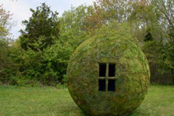 Сфера из мха Университет Roger Williams, Род Айленд. Дизайн 10-футовой в диаметре сферы включал в себя конструирование деревянной скелетной структуры, растягивающейся материи, роспись и затем нанесение мха
