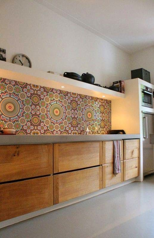 EV DEKORASYON HOBİ: Mutfakta tezgah arasında desenli renkli seramik ve çiniler