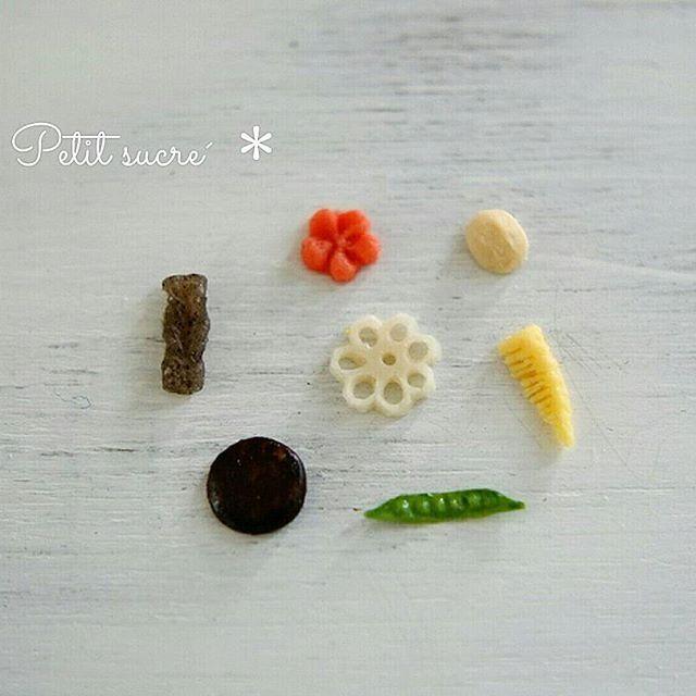 * 今年最後のpicお煮しめ作り * . . 原型作るのに指を2ヶ所も深く切ってしまいました😖💦 . . 来年も皆様にとって良い年になりますように🌠✨✨✨ . . #ミニチュア #ドールハウス #ハンドメイド #樹脂粘土 #お煮しめ #フェイクフード #宿題 #おせち作り #大晦日 #miniature #dollhouse #polymerclay #handmade #handicraft #japanesefood #fakefood #dailypic #2016