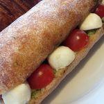 レフェクトワール - 料理写真:モッツァレラ・プチトマト・バジルペーストサンドイッチ