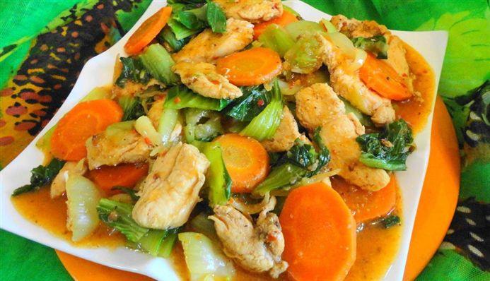 Surinaams eten – Chinese Kip (exclusieve kip op saus met paksoi en wortel)