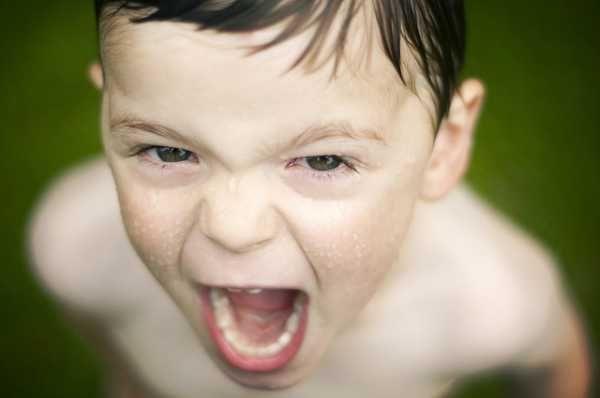 Cómo afrontar los ataques de ira en niños Consejos para afrontar los ataques de ira en niños. Las rabietas fuertes o explosiones de ira son normales, aprende a prevenirlas y a ayudar a tu hijo.