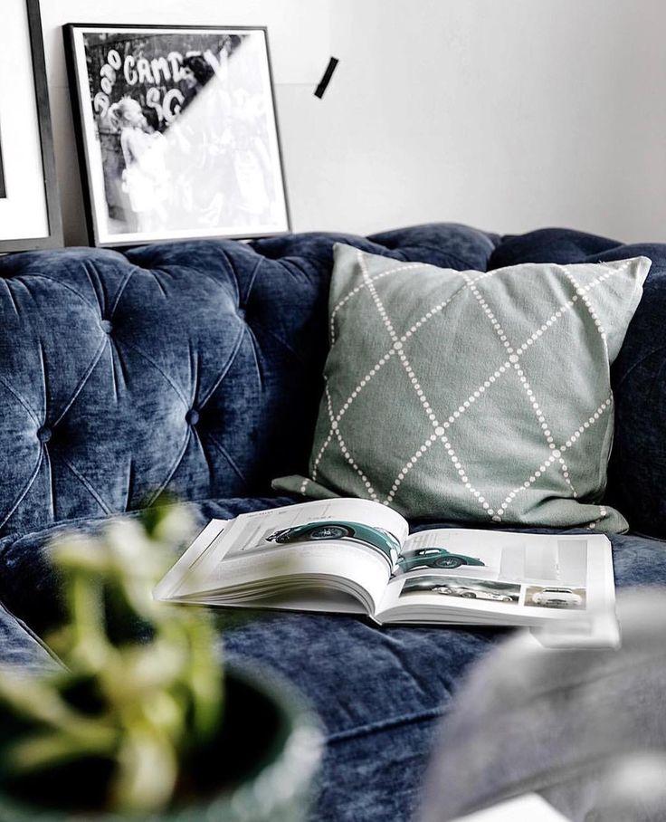 Vår fina kudde Gunnel i stentvättad bomull har fått flytta in i en lägenhet stylad av @mainstreetsthlm 🎈😊 Vi älskar det mörkblå ihop med vårgrönt!