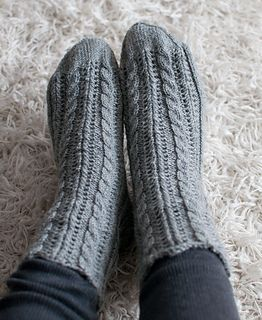 This is an easy sock pattern that combines simple cable and lace. Two sizes are available, tight fit and relaxed fit.