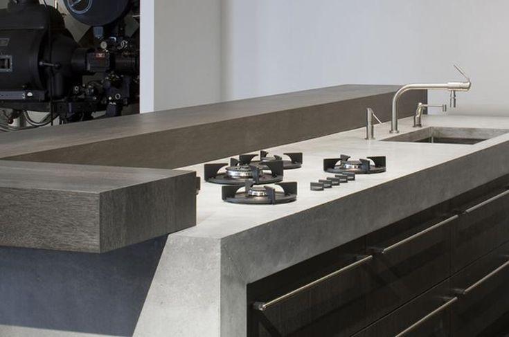The Living Kitchen B.V. by Paul van de Kooi. Stoere, sobere keuken met dik betonnenblad en massief houten deuren. Kookpitten ingefreesd in het blad. Mooi!
