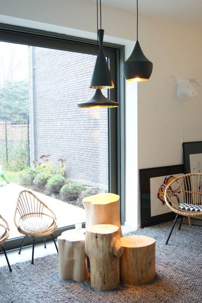 Vue du magnifique salon cosy et cocooning, fauteuils en rotin et tables basses en tronc d'arbres...