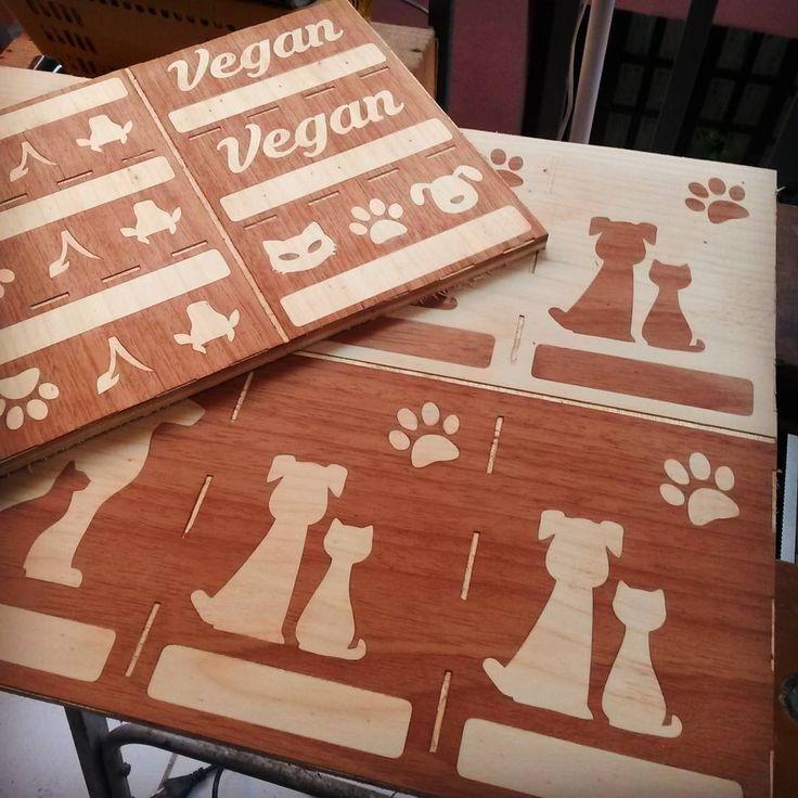 Novos porta chaves no forno galera! Caiçara vegan festival chegando! Domingo é dia! #marchetaria #marquetry #gatodemadeira  #vegan #feitoamao #artesanato #arte #jeitovegandeser #ondavegana #feitopormim #govegan #amomeutrabalho
