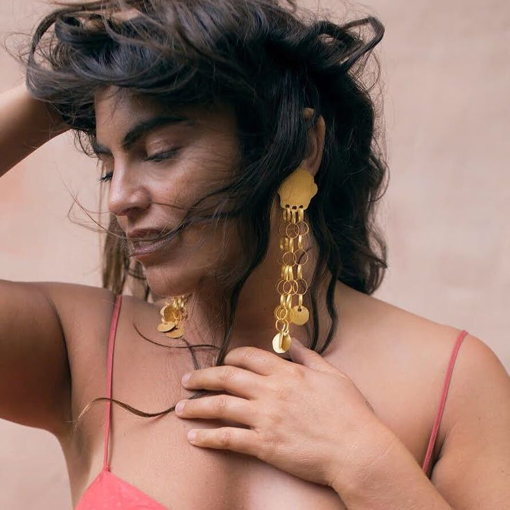 The #divine @claudiasangiorgidalimore with a pair of #earring I made especially for her. Fused sterling #silver dipped in gold and long enough to gently caress your #bronzed shoulders while being worn. Fit for a #modern #goddess. Many thanks for the image Claudia and her equally divine Mumma @bella_maria_sangiorgi  What a talented team!