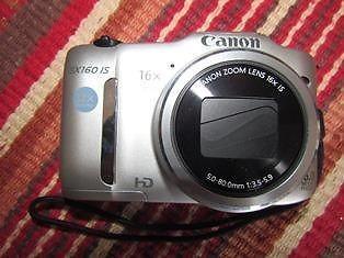 Canon Powershot SX 160 digitale kamera. 16 Mega Pixels 16X optical zoom. Soos nuut, slegs omtrent 20 of 30 foto's geneem. Te groot vir my handsak. In verpakking met instruksieboek en -CD, USB kabel - alles ingesluit.