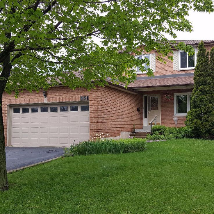 One room in a detached house is available. The house is in 10 minutes walk to Sheridan College. Close to all amenities such as bus stops, restaurants, super markets, malls, go station and QEW. Internet and utilities are included. Shared common areas (kitchen, washroom, laundry, and...