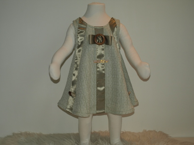 Mintkleurig A-model jurkje met zijden lint verfraaid.  Geheel gevoerd.  Met sierknopen.    Het jurkje sluit met drukknopen, makkelijk voor ouders e...