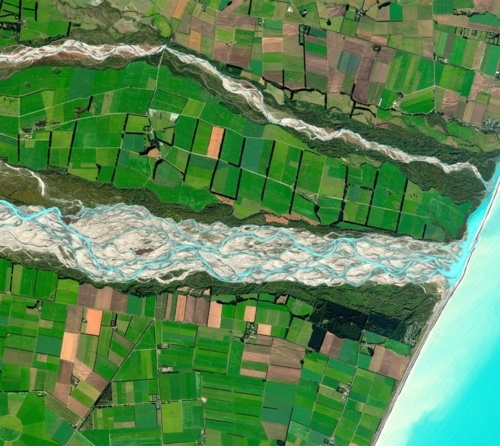 MAPPED BLUE RIBBON A natural-color satellite image from March 28, 2011, shows the Rakaia River running on its sedimentary bed through the Canterbury Plains on New Zealand's South Island. (Photo: DigitalGlobe via MSNBC.com)
