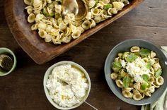 Salada de macarrão com abobrinha grelhada e molho de hortelã | Panelinha - Receitas que funcionam