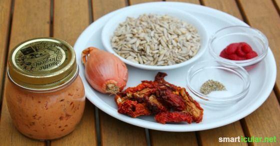 Ein leckeres Rezept für veganen Brotaufstrich aus Tomaten, Sonnenblumenkernen und noch ein paar anderen leckeren Zutaten.