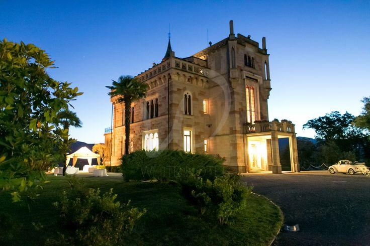 Romantica prospettiva del Castello di Miasino nell'ora blu: luce magica per le #fotodinozzr