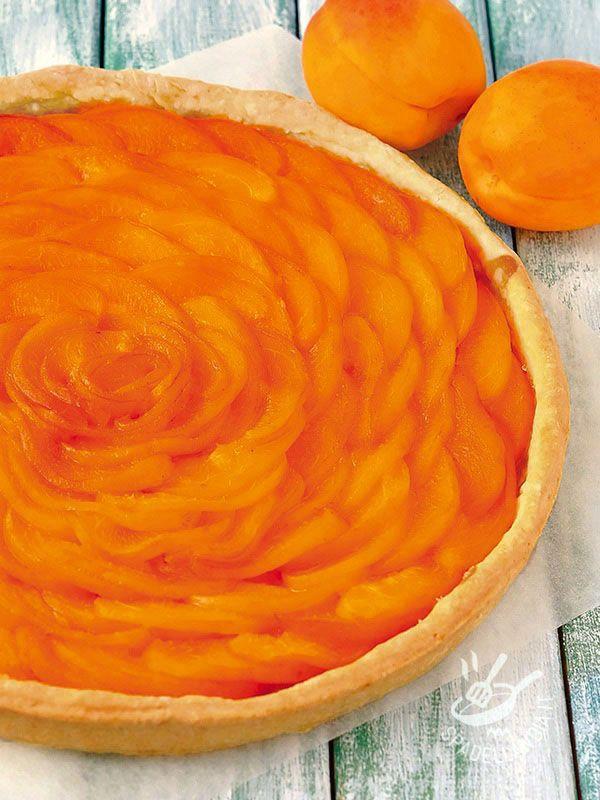 Apricot tart (Vegan) - La Crostata fiore di albicocche in versione vegan soddisfa il palato degli amanti dei dolci a base di frutta estiva, fresca e coloratissima. Da provare!