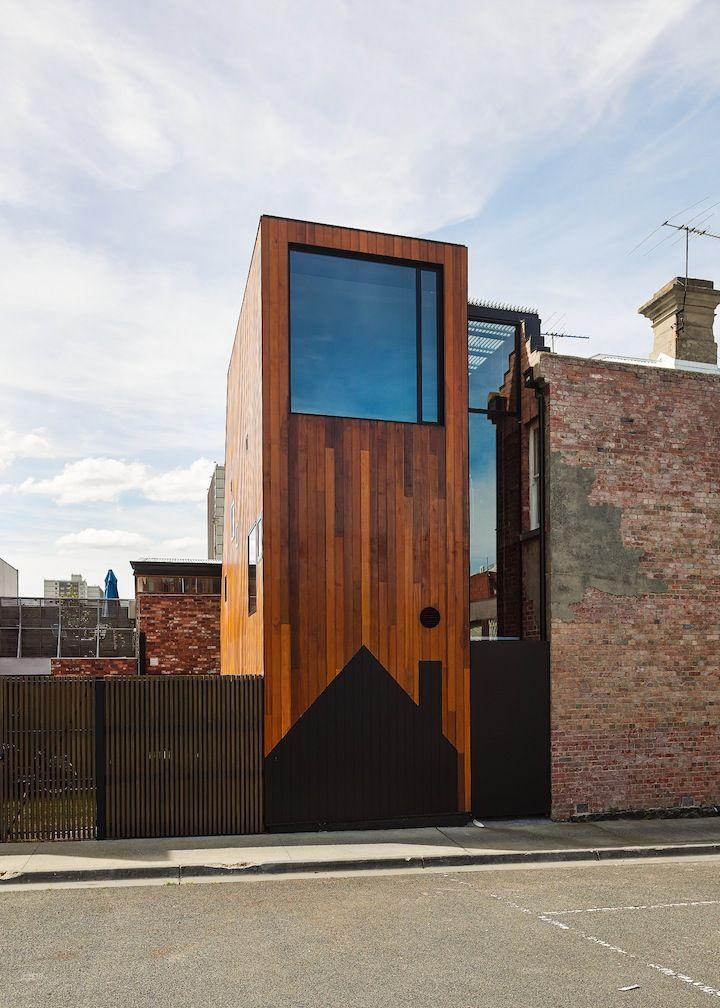 'House House' von 'Andrew Maynard Architects' in Richmond, Australien ist das Ergebnis einer Renovierung und Erweiterung, die zwei separate Häuser in ein und demselben Gebäude beinhaltet und auf drei Ebenen organisiert ist. Die Architekten möchten es vermeiden neue Strukturen in alte zu pressen. Absichtlich erzeugten sie zwei separate Formen und erhalten so eine viktorianische Terrasse, [...]