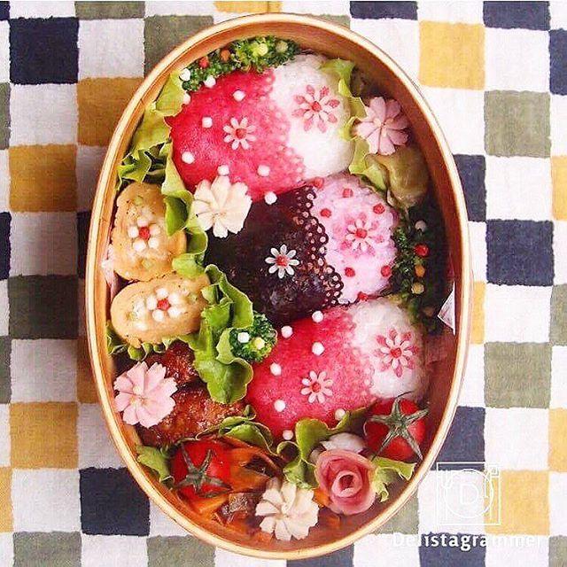 ouchigohan.jp 2017/01/20 19:39:29 【 #おうちごはん通信 】photo by @kinakobun  今週もお疲れ様でした!明日も全国的に寒いようなので、お体にお気を付けください☃️❄️そんな週末ですが、週明けからのお弁当の参考にしていただければと思い、お弁当テクニックをご紹介いたします✨✨ . 普段、お弁当の色味について悩んでいたりはしませんか?好きなものを詰め込んでいくと色どりのさびしいお弁当になりがち↘️私は欲張りなので、できればパッと華やかで見た目も美しく、美味しいお弁当がいいなーなんて思ってしまいます . そんな悩みを一発解決できる「梅シート」を本特集ではご紹介いたしますまた、いろいろなおかずに活用できるアレンジ術も紹介いたします! . 毎日のお弁当に是非ご参考にしていただければと思います . -------------------------- ★詳しくは @ouchigohan.jp プロフィールURLから見てくださいね!  梅干しが進化!梅肉で作られた「梅シート」でお弁当作りのマンネリ解消…