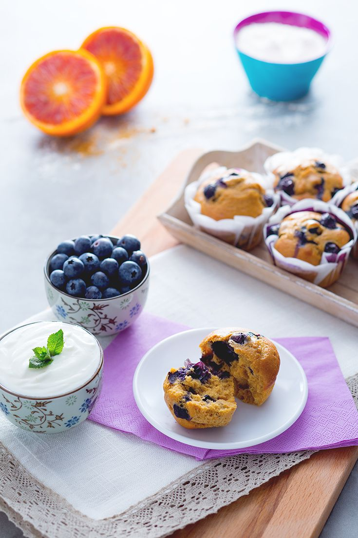 Muffin e una cascata di frutta: quale #merenda o #colazione potrebbe essere migliore? QUesti #muffin al #farro con #mirtilli sono ottimi e da accompagnare ad una #fresca #crema allo #yogurt, #senza #lattosio! Belli #soffici e corposi, con un tocco #rustico e #casalingo che richiama subito lo spirito #HomeMade! #ricetta #GialloZafferano #NuoviVolti Federica