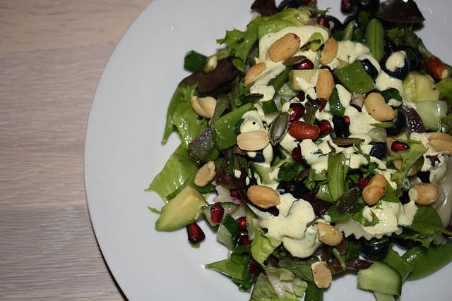 Skøn salat med granatæble og karrydressing Ingredienser Salaten 1/2 agurk1 pakke salat1 pakke blåbær1 granatæble2 avocadoer1 pakke sukkerærter2 forårsløg100 g. pastasløjfer Dressingen 250 g. creme fraiche 18 %1/2 tsk salt1 spsk citronsaft1,5 tsk karry1 tsk sukker Fremgangsmåde Cremefraichen blandes med de øvrige ingredienser. Lad dressingen stå og trække i køleskabet til du har lavet salaten. Kog...Læs mere »