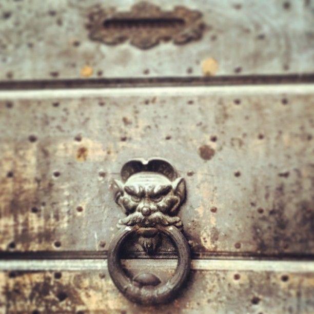 Il battiporta cattivissimo #knockdoor #italy #foligno