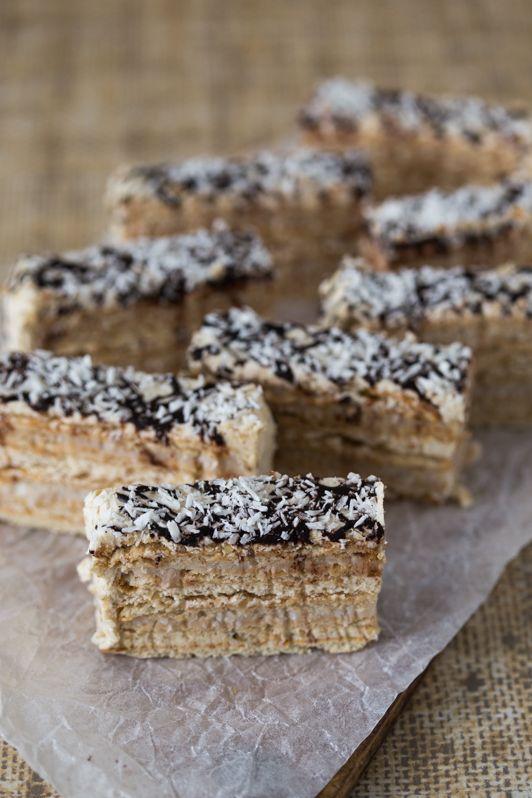 Przepis na ciasto orzechowo - kokosowe bez pieczenia, proste ciasto na herbatnikach.