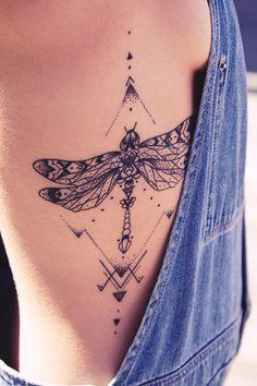 Tatuagem Feminina na Costela   Libélula em Pontilhismo