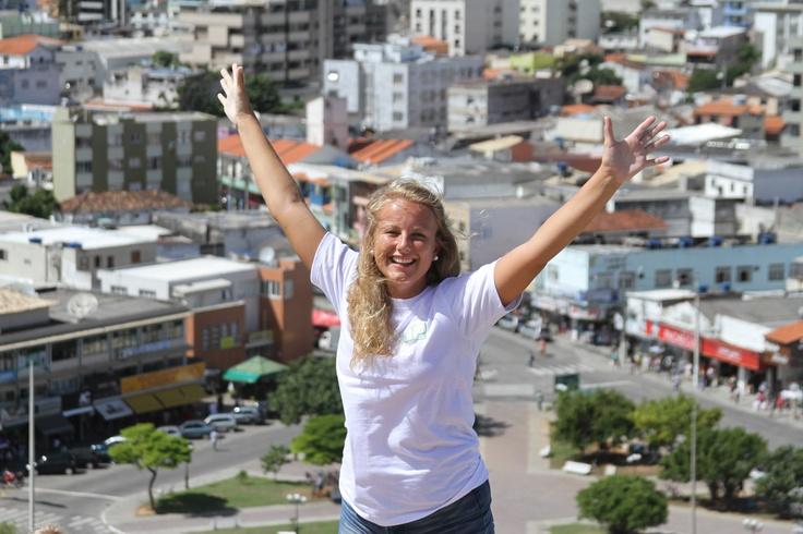 Byen Cabo Frio hvor Active Education holder til har ca 100 000 innbyggere, og er en relativt liten by i Brasiliansk målestokk. Stedet har en hyggelig og typisk strandby-atmosfære med vennlige innbyggere som tar godt i mot våre studenter.