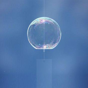 まんまるのガラスが虹色にゆらめき、軽やかに音を鳴らします。プロダクトデザイナーである鈴木啓太さんが、ガラスメーカー「菅原工芸硝子」さんとと共に開発したしゃぼんだまのような風鈴です。