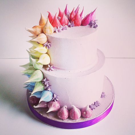 How to Create the Perfect Meringue-Inspired Wedding Cake | Colourful wedding cakes | http://www.weddingsite.co.uk