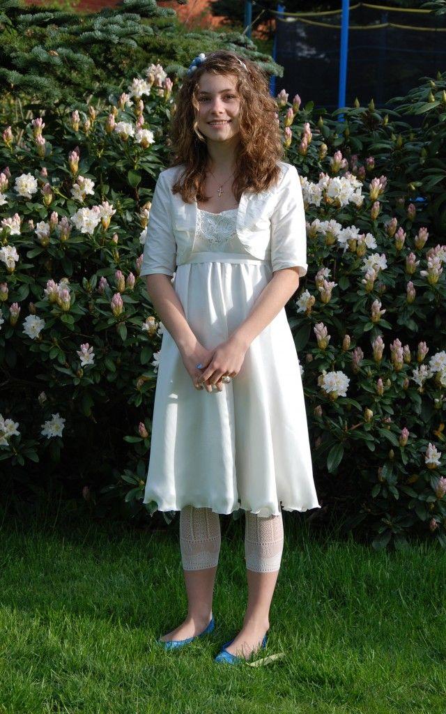 Mit navn er Ida Winther, og jeg vil gerne vise min konfirmationskjole, som min mor har syet til mig. Den er syet efter inspiration fra et mønster fra Kreative Kvinder.Den har empire-snit, har dyb udskæring på ryggen og stoffet er sandvasket hvid silke med et bærestykke i thaisilke. Boleoren er ligeledes syet i thaisilke.