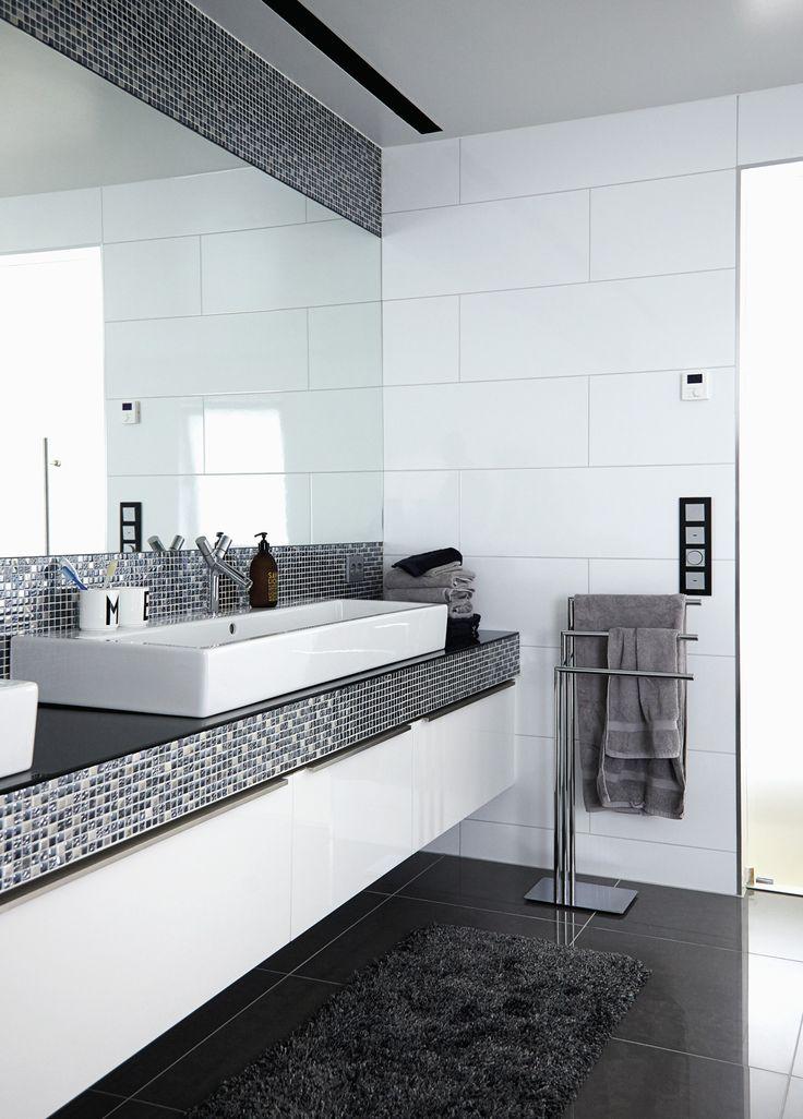 Badeværelset i luksusvillaen i Sandnes er inspireret af eksklusive hoteller i Californien med et fritstående badekar midt i rummet, stor bruser i loftet og masser af plads ved to store håndvaske.