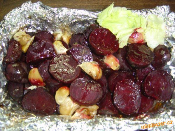 Pečená červená řepa dle Jamie Olivera: troubu předehřejeme na 200st. <br>připravíme si delší pás alobalu dvojitě na to dáme řepy stačí pokr...