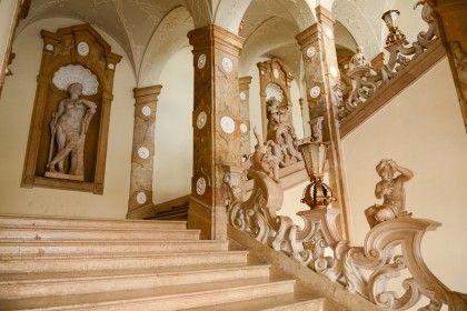 Die wunderbaren Skulpturen in den Nischen und die verschlungene Balustrade machen die Marmorstiege im Salzburger Schloss Mirabell zu einem unvergleichlichen Gesamtkunstwerk, Österreich © James Camel / franks-travelbox