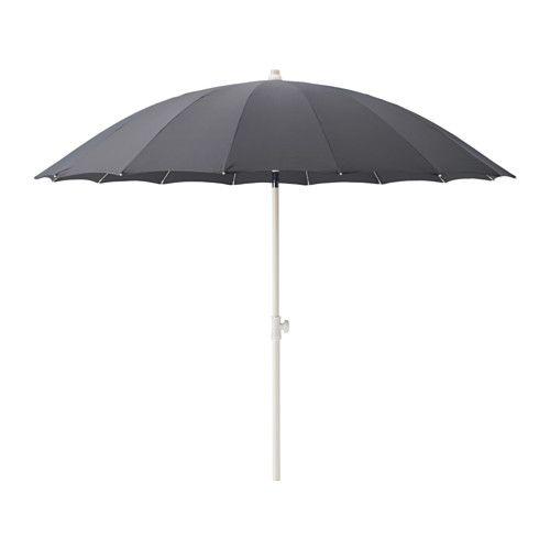 IKEA - SAMSÖ, Sonnenschirm, neigbar/grau, , Sehr guter UV-Schutz durch Ultraviolett-Schutzfaktor (UPF) 25+; d. h. der Stoff blockiert mind. 96% der ultravioletten Strahlen.Schützt dank der Kippfunktion den ganzen Tag vor Sonne.Wenn der Schirm eingeklappt ist, lässt sich der Stoffüberzug mittel Klettband zusammenhalten.