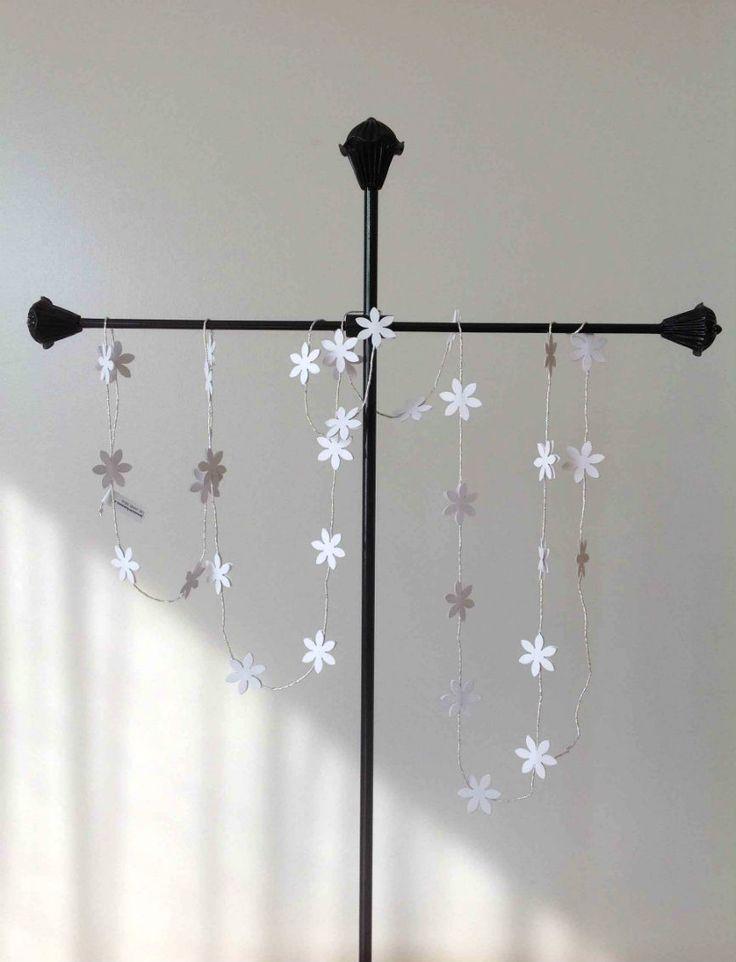 2 meter lang guirlande med små hvide blomster på sølvsnor. www.jannielehmann.dk