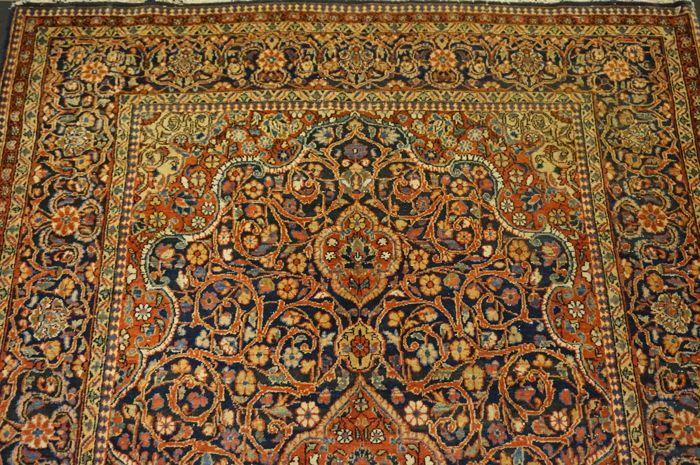 S'il vous plaît regardez le tapis avec patience et attention. Chacun à la main le tapis est unique dans son harmonie de couleurs, la beauté et la conception et par conséquent une œuvre d'art en soi. Nous garantissons que le tapis ci-dessus est un véritable tapis d'Orient noués à la main. Province Kashan. Effectuée en Iran. Le tapis a les dimensions 135 X 205 cm Numéro de l'enchère 4709 Avec certificat d'authenticité. Le tapis est dans un État usagé, voir les photos. KASHAN Kashan est ...