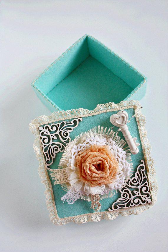 Fieltro caja caja romántica boda caja boda tarjeta titular de la joyería del Victorian caja regalo fiesta nupcial Vintage recuerdo caja caja Boho caja de la baratija    Encantadora y romántica caja con una sorpresa! Porque este cuadro, es una caja alterada encantador, decorado con, varios tipos de encaje, recuerda el estilo vintage/victoriano. La llave blanca en la parte superior, es tiza perfumada, las dos esquinas son de madera (usada muchas veces en trabajos de scrap) me encanta utili...