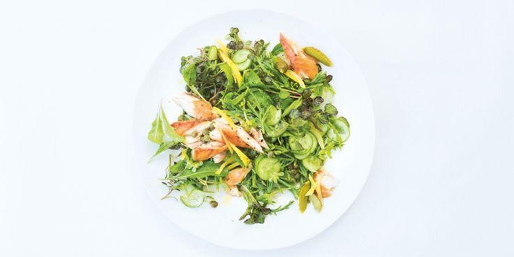 Lichte salade uit het kookboek van Sue Quinn 'Salade Easy'. De knapperige, zoute zeekraal smaakt ontzettend goed bij de vetrijke, gerookte makreel: e...