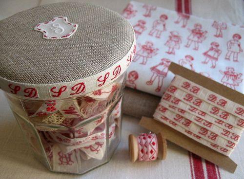 A Bonne Maman Jar for Ribbons/Trims, par Petits Détails via Flickr.