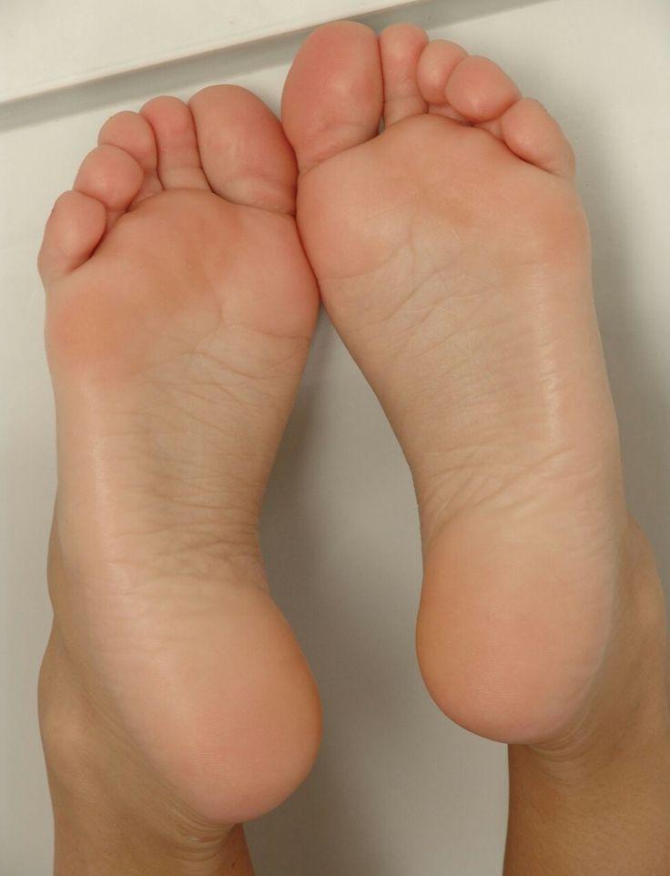 подошвы женских ног фото кухни